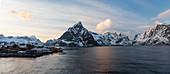 Reine mit Bergpanorama am Kjerkfjorden, Moskenesoya, Lofoten, Norwegen, Skandinavien, Europa