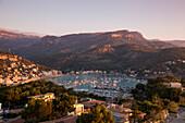 Blick vom Jumeirah Port Soller Hotel & Spa auf Ort und Bucht bei Sonnenuntergang, Port Soller, Mallorca, Balearen, Spanien