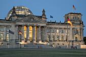Reichstag, Kuppel, Daemmerung, Berlin