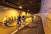Stadttunnel in Essen, autofreies Wochenende 2010, Fahrradfahren auf der Autobahn, A 40, Tunnel, Stadttunnel, Event, vielbefahren,Verkehrsarterie des Ruhrgebiets, Deutsche Autobahn, Verkehr, Verkehrsnetz, Mittelstreifen, Transport, Infrastruktur, Automobil