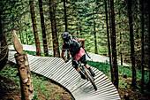 Bikepark Brandnertal, Mountainbiker, Downhill, Mountainbike, Wald, Wiese, Vorarlberg, Österreich, Berge, Alpen