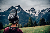 Portrait junger Mountainbiker, Mountainbike, Brandnertal, Vorarlberg, Österreich