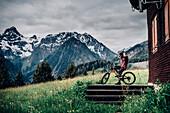 Portrait junger Mountainbiker, Mountainbike, Hütte, Brandnertal, Vorarlberg, Österreich
