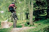 Bikepark Brandnertal, Mountainbiker, Downhill, Sprung, Mountainbike, Wald, Wiese, Vorarlberg, Österreich, Berge, Alpen