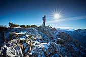 Wanderer Spätherrbst am Gipfel der Scheinbergspitze, Ammergauer Alpen, Deutschland