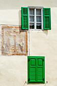 Ein altes Haus mit Freskomalerei im Stadtkern, Cavalese, Südtirol, Italien