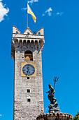 Die Sehenswürdigkeit Torre Civica und der Neptunbrunnen am Domplatz, Trient, Trentino, Südtirol, Italien