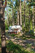 Sicht auf ein Wohnmobil im Wald auf dem Campingplatz bei Schloß Läckö, Vänernsee, Kallandsö, Lidköping, Västergötland, Schweden