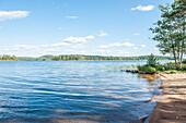 Sommertag an einem Strand auf der Insel Söllerön am Siljan See, Dalarna, Schweden