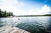 Sicht vom Bootssteg auf Meer, Wald und Felsen, Öregrund, Uppsala, Schweden
