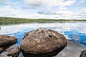 Felsen im See  an einem kühlen Sommertag, See nähe Munkfors, Värmland, Schweden