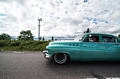 Oldtimer fährt vorbei auf einer Straße in Rättvik, zur Zeit der Classic Car Week im Sommer, Dalarna, Schweden