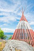 Rot weißes Holzzelt steht auf den Klippen am Meer, Öregrund, Uppsala, Schweden