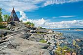 Holzzelt steht auf den Klippen am Ufer, Öregrund, Uppsala, Schweden