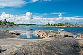 Sicht in eine Meeresbucht mit Boot und blauem Wolkenhimmel, Öregrund, Bottensee, Uppsala, Schweden