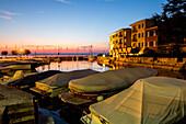 Sonnenuntergang am Jachthafen, abgedeckte Boote, Abendlicht, Sirmione, Niemand, Provinz Brescia, Lombardei, Italien