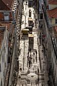 Aussicht vom Aufzug Santa Justa, Elevador in Fussgängerzone, Innenstadt, früh morgens, Schatten, Gegenlicht, Steinpflaster, Lissabon, Portugal