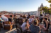 Aussicht von Dachterrasse, Park, Bar auf Parkhaus, Dach, über der Stadt, junge Leute nach Feierabend, Touristen, relaxed, entspannt, chillen bei einem Drink, Santa Catarina Kirche, Blick über Lissabon, Portugal