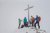 Winterlandschaft, Skitourgruppe am Gipfelkreuz, Nebel, Kleinwalsertal, Skitour, Ifen, hoher Ifen, Österreich