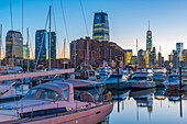 Paulus Hook, Morris Canal Basin, Liberty Landing Marina, mit New York Skyline von Manhattan, Lower Manhattan und World Trade Center, Freedom Tower jenseits, Jersey City, New Jersey, Vereinigte Staaten von Amerika, Nordamerika