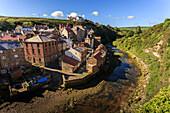 Steile Straßen des Fischerdorfes, Fluss, erhöhte Aussicht im Sommer, Staithes, North Yorkshire Moors National Park, Yorkshire, England, Großbritannien, Europa