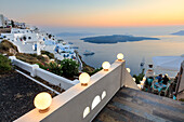Der feurige rote Himmel auf der Ägäis nach Sonnenuntergang von den typischen Terrassen von Firostefani, Santorini, Kykladen, griechische Inseln, Griechenland, Europa gesehen