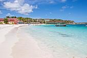 Weißer Sand und Touristen Rahmen der türkisfarbenen Karibik am Long Bay Beach, Antigua und Barbuda, Leeward Inseln, Westindische Inseln, Karibik, Mittelamerika