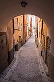 Bogen und Kopfsteinpflaster im historischen Gamla Stan, Stockholm, Schweden, Skandinavien, Europa