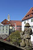 Blick mit Geländerfigur von der Stiege zur Terrasse des Neuen Schloss, Meersburg am Bodensee, Baden-Württemberg