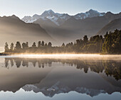 Lake Matheson mit Spiegelung, Mount Cook, Mount Tasman, Westland Tai Poutini National Park, Westküste, Südinsel, Neuseeland, Ozeanien