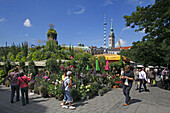 Market, Viktualienmarkt, in the background: church of St. Peter and new city hall, Munich, Upper Bavaria, Bavaria, Germany