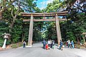 Ichi-no-Torii des Meiji Schrein mit Touristen, Shibuya, Tokio, Japan