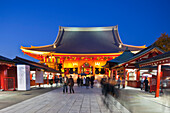 Senso-ji Tempel während der blauen Stunde, Asakusa, Tokio, Japan