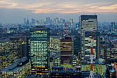 Stadtansicht in Richtung Shinjuku vom Mandarin Oriental, Nihonbashi, Tokio, Japan