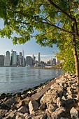 Blick vom Brooklyn Bridge Park zur Manhatten Skyline, New York City, New York, USA