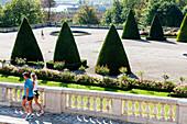 France, Hauts-de-Seine, Saint Cloud, Parc de Saint-Cloud, couple walking in sportswear
