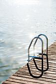 Eine Badeleiter mit Holzsteg im Gegenlicht, Fort Myers Beach, Florida, USA