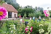 Urlaub auf dem Bauernhof, Landleben, Bauernkate Klein Thurow, Garten, Zaun, Kinder spielen auf der Wiese, Biosphärenreservat Schaalsee, Westmecklenburg, Mecklenburgische Seenplatte, Mecklenburgische Seen, Klein Thurow, Mecklenburg-Vorpommern, Deutschland,