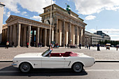 1965 Ford Mustang am Brandenburger Tor, Berlin, Deutschland