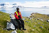 Eisbärwächterin und Guide Felicity Aston (sie ist der dritte Mensch die den Südpol alleine zu Fuss durchquert hat) Hält Ausschau nach Eisbären und bewacht die Touristenauf der Insel Gnalodden Spitzbergen, Svalbard