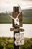 Signpost and reindeerscull. How to use the hut. Kungsleden Trekking, Laponia, Lappland, Schweden.