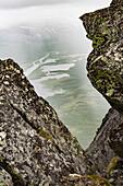 Regen und Wolken über dem Sarek Nationalpark. Tiefblick vom Gipfel des Skierffe auf das Rapadalen/Laidaure Delta, Sarek Nationalpark, Laponia, Lappland, Schweden. Trekking auf dem Kungsleden.