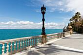seaside promenade mit steetlamp, Cadiz, Costa de la Luz, Atlantic Ocean, Cadiz, Andalucia, Spain, Europe