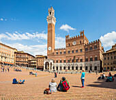 Tourists admire the historical Palazzo Pubblico and its Torre del Mangia, Piazza del Campo, Siena, UNESCO World Heritage Site, Tuscany, Italy, Europe