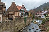 Typische Architektur der alten mittelalterlichen Stadt und Brücke am Fluss Weiss Kaysersberg Haut-Rhin Abteilung Elsaß Frankreich Europa
