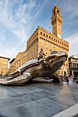 Die goldene Skulptur einer Schildkröte auch bekannt als Suche nach Utopie vor Palazzo Vecchio Florenz Toskana Italien Europa