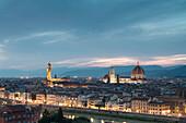 Das blaue Licht der Dämmerung Frames der Stadt Florenz überquert von Arno River von Piazzale Michelangelo Toskana Italien Europa gesehen
