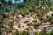 Blick auf das malerische kleine Bergdorf im Tramuntanagebirge, Fornalutx, Mallorca, Spanien