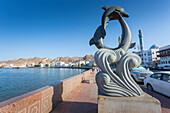Abendansicht einer Skulptur auf der Corniche bei Muttrah, Muscat, Oman, Mittlerer Osten