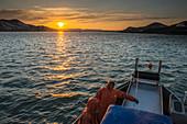 Die Sonne geht über die Kulukak-Bucht in der Bristol-Bucht-Region, als eine kommerzielle Fischermannschaft eine Pause einbringt, Südwesten Alaskas, USA